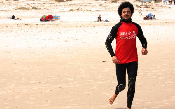 Erfahrener qualifizierter Surflehrer