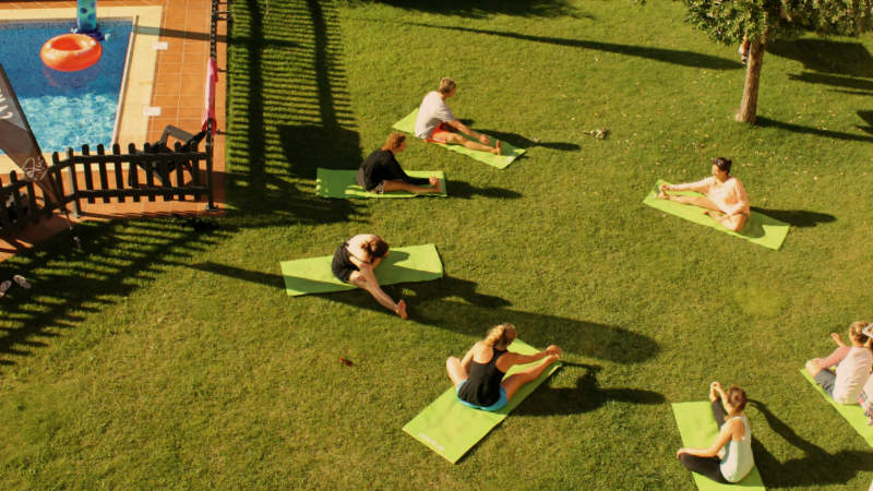yogastunde in surfcamp
