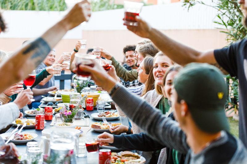 surfcamp Abendessen im Freien alle zusammen