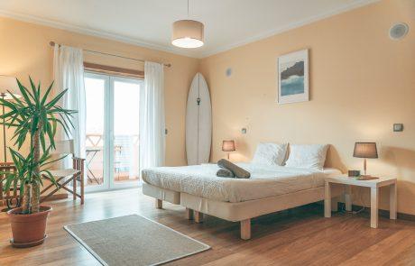 helle-doppelzimmer-eigenem-balkon-surfcamp-portugal