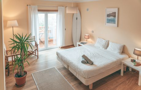 helle-gemütliches-doppelzimmer-surflodge-portugal