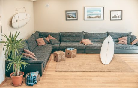 whonzimmer-sofa-surfboard-surflodge-portugal