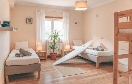 gemütliche-vier-schlafzimmer-surfcamp-portugal