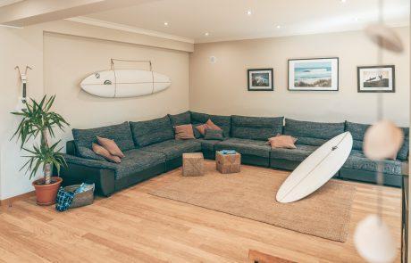 sofa-tv-surfboard-gemeinsame-entspannungsbereiche